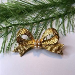 Vintage gold tone pearl bow brooch pin
